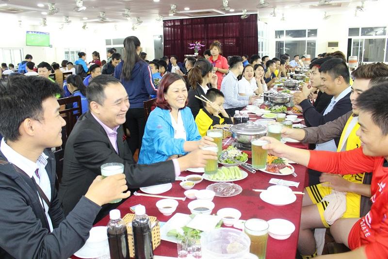 Các đại lý ăn mừng thành công của mùa giải. (Tổng giám đốc VHS, Nguyễn Mai khanh mặc áo khoác xanh)
