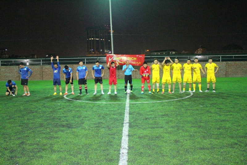 Cầu thủ hai đội Minh Hưng Land và VHS ra mắt khán giả