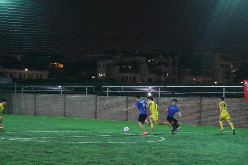 Màn tranh bóng quyết liệt của cầu thủ hai đội Minh Hưng Land và VHS