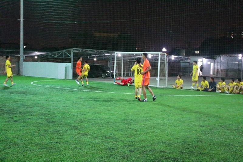 Thủ môn Nguyễn Chí Tân ôm gọn bóng trong lòng trước pha sút bóng mạnh của cầu thủ đối phương
