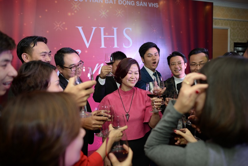 Nâng ly chúc mừng những thành công mà công ty VHS đạt được trong năm 2016