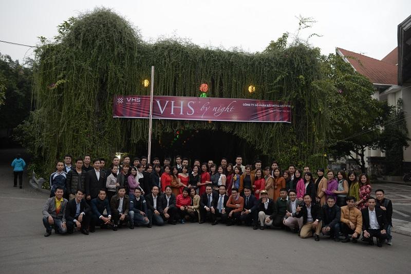 Toàn bộ nhân viên công ty cổ phần bất động sản VHS chụp ảnh lưu niệm tại Sông Hồng Resort
